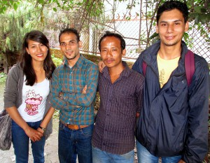 Socialarbetaren Brishant Maharjan läraren Ema Shresta, socialarbetaren Niroj Bascota och nattvakten tillika förstahjälpen-sjukvårdaren Ajay Lama